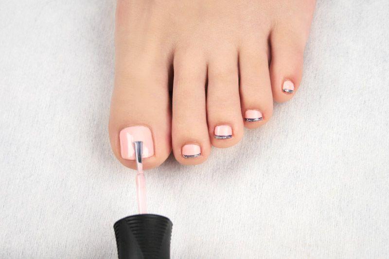 Форма и покрытие ногтей ног лаком в круглосуточном салоне красоты в Москве на Тверской