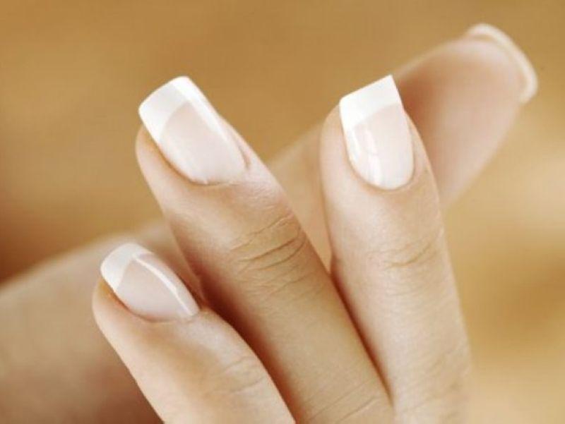 Покрытие ногтей рук лаком French в круглосуточном салоне красоты в Москве на Тверской