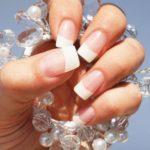Покрытие ногтей рук Shellaс French в круглосуточном салоне красоты в Москве на Тверской