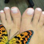 Педикюр и покрытие ногтей ног Shellac French в круглосуточном салоне красоты в Президент Отеле на Якиманке