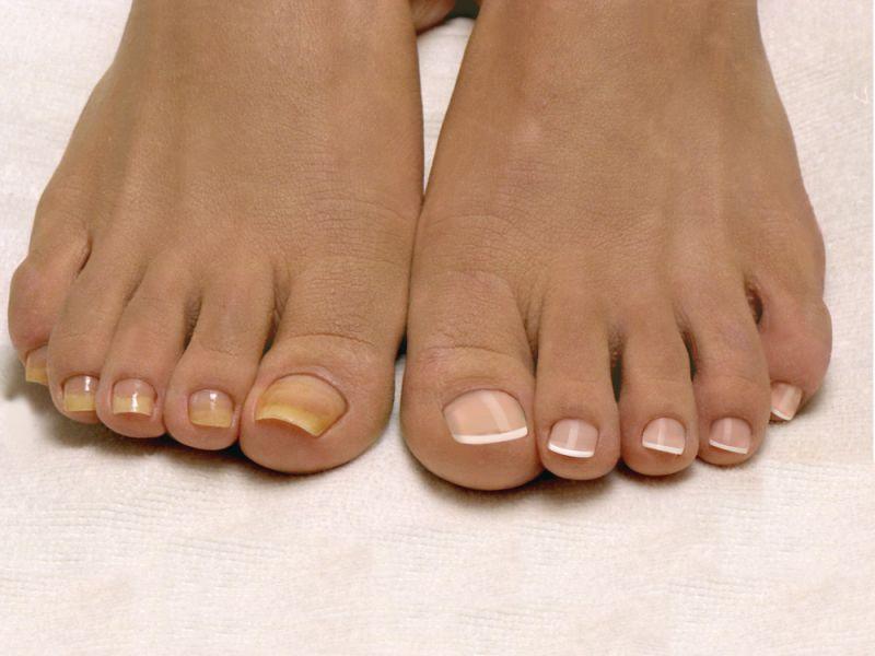 Форма и покрытие ногтей ног лаком French в круглосуточном салоне красоты в Москве на Тверской