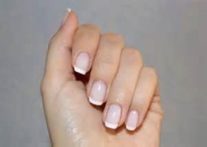 Покрытие ногтей рук Vinylux French в круглосуточном салоне красоты в Москве на Тверской
